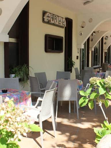 hotel flora bellaria home vacanze a bellaria tavolini esterno-min